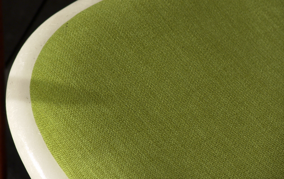 DSW_Plastic_Side_Chair_Sitzpolster_pillow_Dowel_Base_by_Charles_&_Ray_Eames_for_Hermann_Miller_VITRA_1950_easyconzept_©_Die_GestaltungsWerkstatt_4