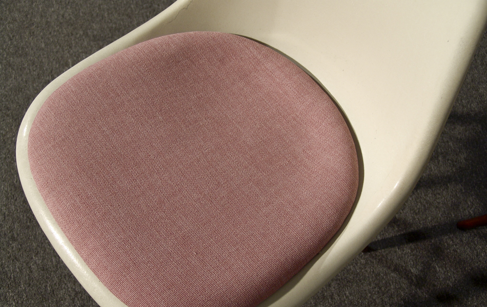 DSW_Plastic_Side_Chair_Sitzpolster_pillow_Dowel_Base_by_Charles_&_Ray_Eames_for_Hermann_Miller_VITRA_1950_easyconzept_©_Die_GestaltungsWerkstatt_5