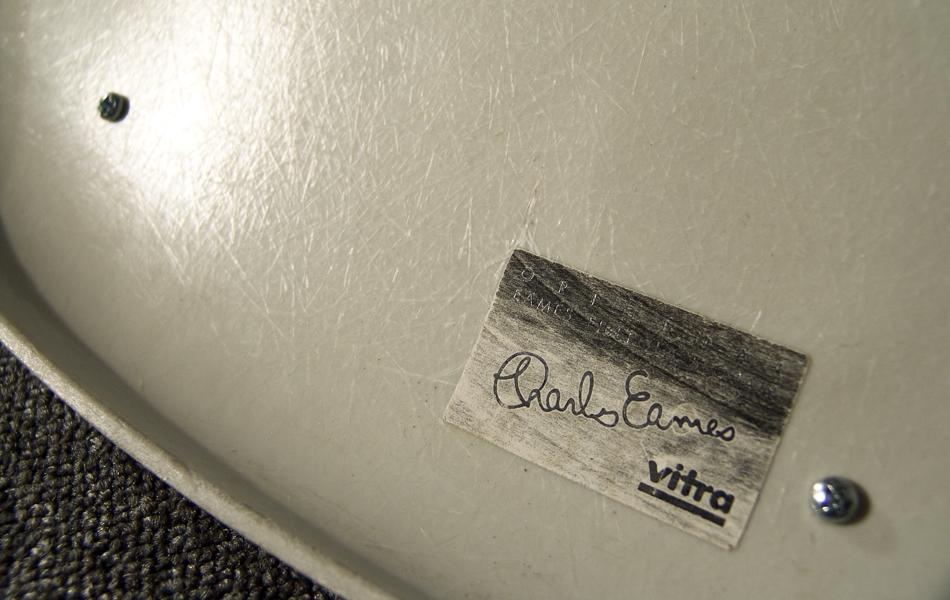 DSW_Plastic_Side_Chair_Sitzpolster_pillow_Dowel_Base_by_Charles_&_Ray_Eames_for_Hermann_Miller_VITRA_1950_easyconzept_©_Die_GestaltungsWerkstatt_7
