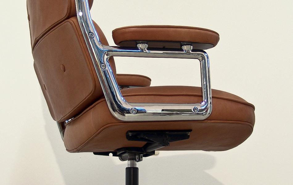 Lobby_Chair_braun_anilinleder_brown_leather_by_Charles_&_Ray_Eames_for_VITRA_Herman_Miller_©_Die_GestaltungsWerkstatt_4